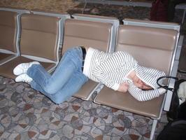 V letadle se moc dobre nespalo ... takze na letisti bylo potreba spanek trochu simlulovat aby byla pekna fotka:-)