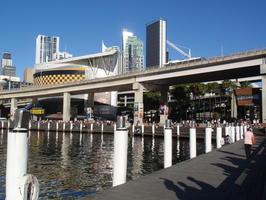 Konec Darling Harbour, dříve hnusné místo, dnes nádherné místo, kde jsou stovky lidí, IMAX kino, zeleň, přístavy pro jachty, přes záliv jezdí monorail a nad tím vším několika proudá silnice ... takhle se dá zužitkovat misto a navíc to nebypada jako pod mostem pro bezdomovce:-)
