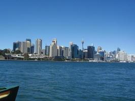 Centrum focené z lodi za Harbour Bridgem. Ta vysoká věž je Sydney Tower, kde jsme náš den začali. Krásné že?