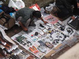 Copak to tu máme na novinách k prodeji? Boty, karty do PC, nabíječky, ...