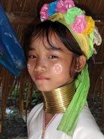 Desetiletá barmská dívka už taky nosí kruhy